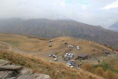 64 - Pohľad z kláštora Tsminda Sameba, v pozadí v hmle je schovaný Kazbeg (Gruzínsko)